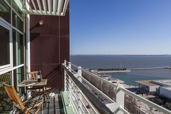 Rent4Rest Lisbon 17th Floor River View Apartment, Hotell i Lissabon