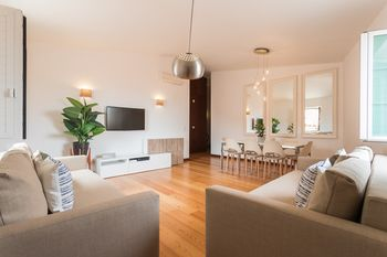 Alfama Modern Two-Bedroom Apartment w/ River View and Parking - by LU Holidays, Hotell i Lissabon